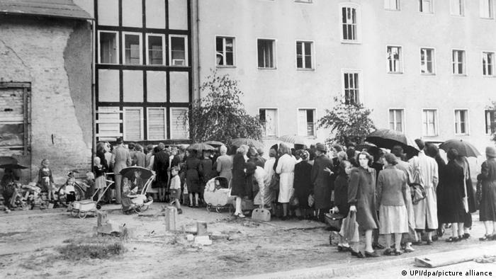 اینجا خیابان آرژانتین در برلین است. جنگ به پایان رسیده و مردم درگیر مصیبتهای بعد از آن هستند. صفی برای دریافت مواد غذایی.
