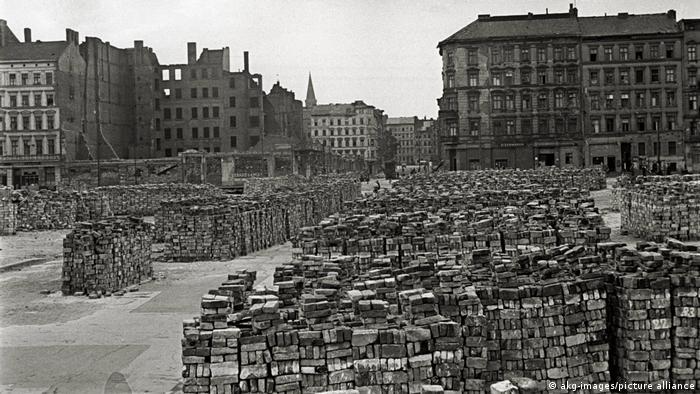 اینجا خیابان برناور (Bernauer) در برلین است. حالا سه سالی از پایان جنگ میگذرد. از میانه ویرانهها آجرهایش را جدا کردهاند تا ساخت و ساز را دوباره شروع کنند.