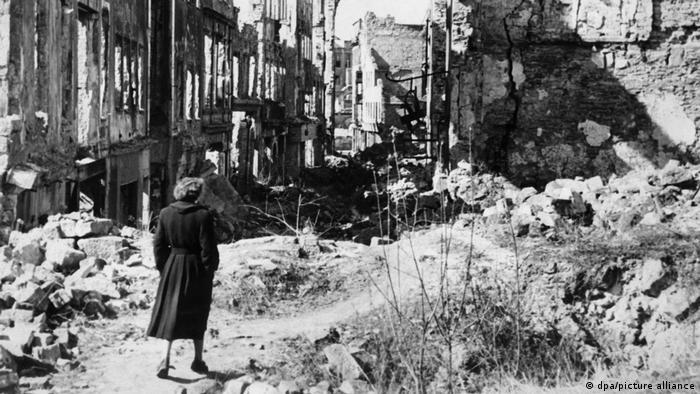 اینجا درسدن است. در چهار حمله هوایی بین روزهای ۱۳ تا ۱۵ فوریه ۷۷۸ بمبافکن بریتانیایی ۳ هزار ۹۰۰ تن بمب آتشزا بر سر شهر فرو ریختند و آن را به جهنمی برای ساکنانش تبدیل کردند. این حملات بین ۲۲ تا ۲۵ هزار نفر کشته برجای گذاشت.