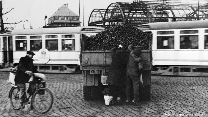 اینجا فرانکفورت است. در آن روزها بخاطر سرمای وحشتناک حمله به کامیونها و قطارهای حامل ذغال سنگ و غارت آنها امری عادی شده بود. کار حتی به جایی کشید که کاردینال یوزف فرینگس در شهر کلن دزدی ذغال سنگ و غذا برای زنده ماندن را مجاز دانست.