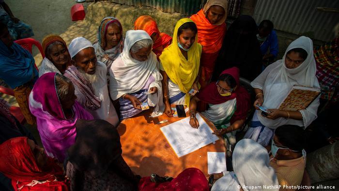 در هند هم که بیش از دیگر کشورهای جهان درگیر پاندمی کووید۱۹ است تیمهای واکسیناسیون به مناطق دورافتاده میروند. این زنان مایلند برای دریافت واکسن ثبتنام کنند. از قرار معلوم آنها به پروتکلهای بهداشتی اهمیت نمیدهند، نه ماسک زدهاند و نه فاصله فیزیکی را رعایت میکنند. به امید این که هر چه زودتر واکسیناسیون باعت پیروزی بر ویروس سارسکوو۲ شود تا این گونه بیتوجهیها باعث نگرانی از گسترش ویروس نشوند.