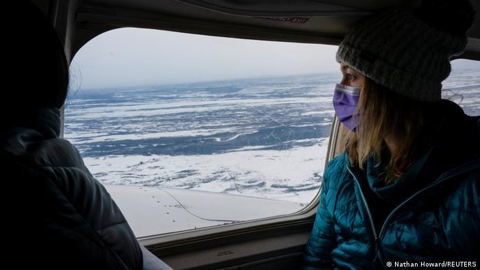 این خانم پرستار با یک جعبه حاوی واکسن کرونا با هواپیما به ایگل پرواز میکند. در این منطقه در حاشیه رود یوکان در آلاسکا کمتر از ۱۰۰ نفر زندگی میکنند. در برنامه واکسیناسیون دولت بایدن به ساکنان بومی ایالات متحده در مناطق دورافتاده توجه ویژهای میشود. در برخی مناطق محل سکونت آنان بیمارستان در مرکز بخش واقع شده و بعضیها باید راه دوری را برای رسیدن به آن طی کنند.