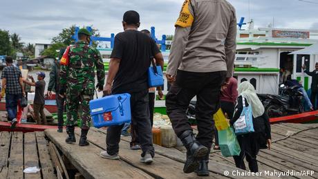 اندونزی هم اوایل ژانویه سال جاری واکسیناسیون را آغاز کرد. این کشور جزایر زیادی دارد که شمار زیادی از آنها برای ما ناشناختهاند. در این کشور واکسن کرونا به قدری ارزشمند است که تیم واکسیناسیون را نیروهای امنیتی همراهی میکنند.