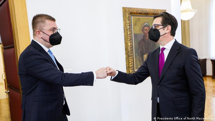 Nordmazedonien Präsident Stevo Pendarovski (R) und Oppositionsführer Hristijan Mickoski