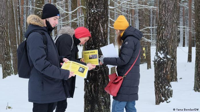 Белорусские участники проекта Транснациональное историческое образование на примере Малого Тростенца размещают таблички с историями жертв Тростенца в Лесу имен