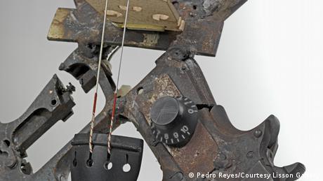 Geige aus Waffenteilen von Pedro Reyes Disarm
