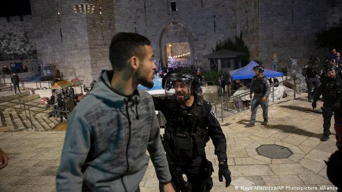 Палестинец в окружении израильских полицейских в Иерусалиме