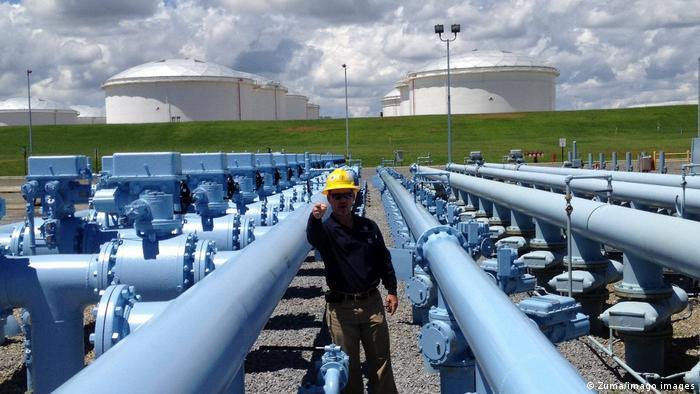 Рабочий возле трубопровода Colonial Pipeline