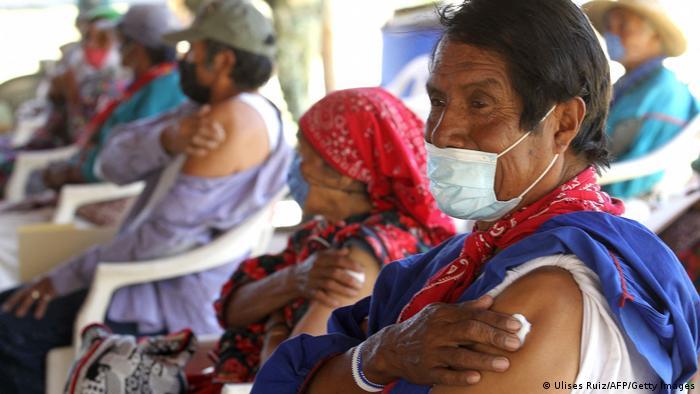 Personas indígenas de la etnia Wixarica esperan a ser vacunadas en Jalisco, México.