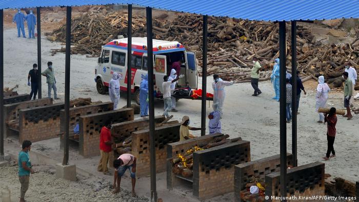 Corpos são cremados na Índia