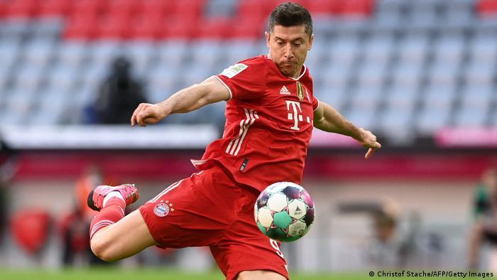 Нападающий клуба Бавария Роберт Левандовски