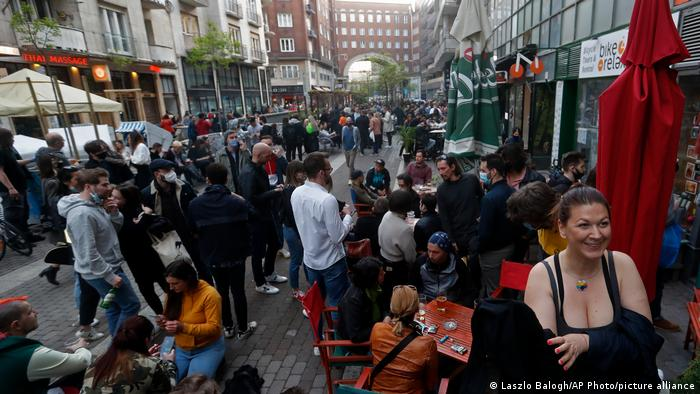 پس از شش ماه محدودیتهای سخت کرونایی مردم بار دیگر در خیابانها و کافهها و رستورانها به دیدار یکدیگر رفتهاند.
