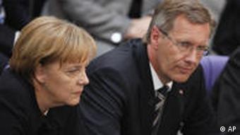 Chancellor Merkel (l) and Christian Wulff were not happy about the initial outcome