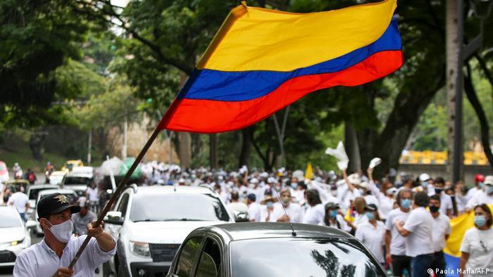 Bandera de Colombia en una protesta en Cali.
