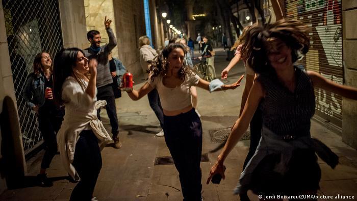 در اسپانیا از اکتبر سال گذشته وضعیت اضطراری و مقررات منع رفت و آمد شبانه از ساعت ۲۳ تا شش صبح اعلام شده بود. پس از ماهها محدودیت اکنون با کاهش میزان ابتلا به کرونا زندگی عادی آرام آرام به شهرهای اسپانیا بازمیگردد و احتمالا این کشور در ماههای تابستان شاهد ورود گردشگران نیز خواهد بود. (عکس جشن و پایکوبی جوانان در خیابانهای بارسلون در نیمه شب ۸ مه/ ۱۸ اردیبهشت)