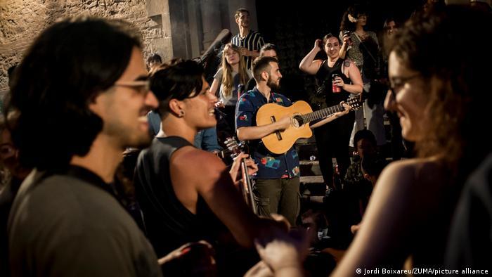 Tinerii se pot iarăşi distra pe străzile Barcelonei