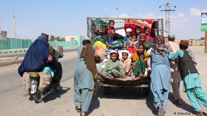 Helmand vilayetinde çatışmalardan kaçan Afgan mülteciler