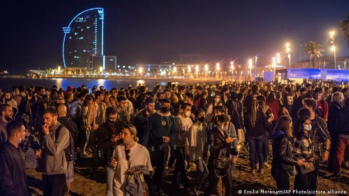 جوانان بارسلون شب گذشته با پایان وضعیت اضطراری ناشی از کرونا به خیابانها ریختند و به جشن و پایکوبی پرداختند.