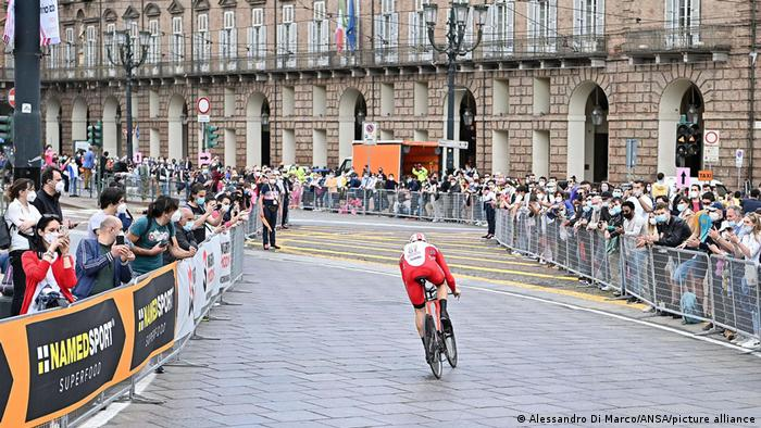 در دوران کرونا و اعمال محدودیتها بسیاری از رشتههای ورزشی بدون حضور تماشاگران و علاقمندان برگزار میشد. حضور تماشاگران در یکصد و چهارمین رقابتهای تور دوچرخهسواری دور ایتالیا حکایت از کاهش محدودیتها و بازگشت تدریجی به زندگی عادی در این کشور دارد.