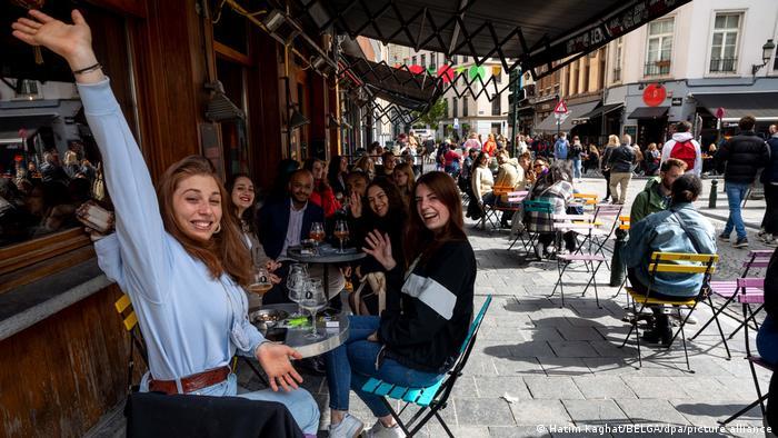 روز شنبه ۸ مه زندگی به خیابانهای بروکسل بازگشت و کافهها و رستورانها میزبان شمار زیادی از مردم شد.