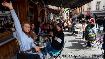 Посетители кафе сидят на улице в Брюсселе