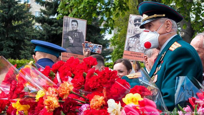 Покладання квітів у парку Вічної слави у Києві