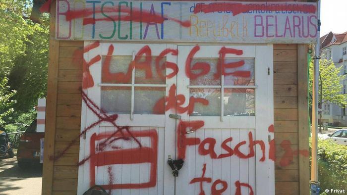 Надписи на альтернативном посольстве Беларуси в Берлине