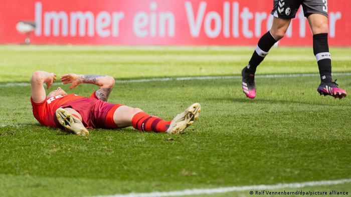 Kölns Elfmeterschütze Ondrej Duda liegt enttäuscht auf dem Rücken