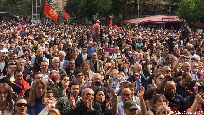 Многотысячный митинг оппозиции в Ереване