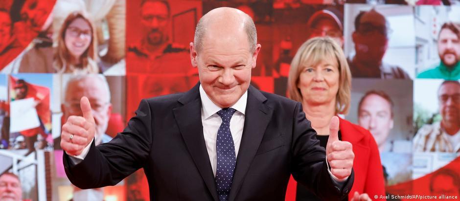Olaf Scholz gibt sich auf dem SPD-Parteitag betont optimistisch und zeigt die Daumen nach oben
