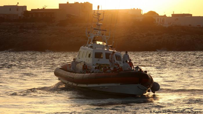 Човен берегової охорони Італії доставляє врятованих мігрантів на берег Лампедузи (фото з архіву)