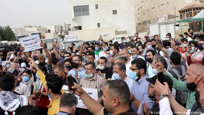 شارك مئات الأردنيين الأحد بتظاهرة في عمان للمطالبة بإغلاق السفارة الإسرائيلية