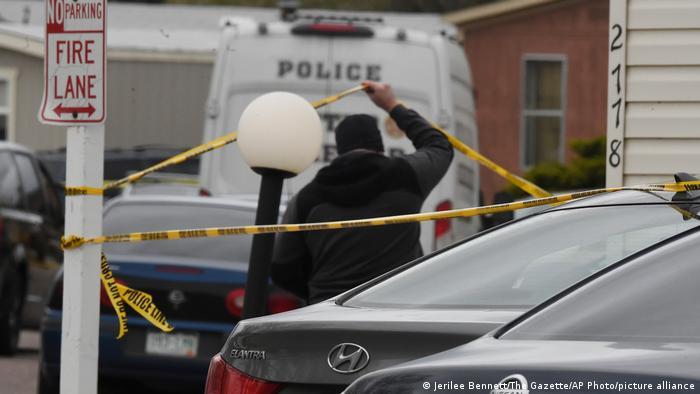Автомобили и полицейское ленточное ограждение на месте трагедии в Колорадо-Спрингс