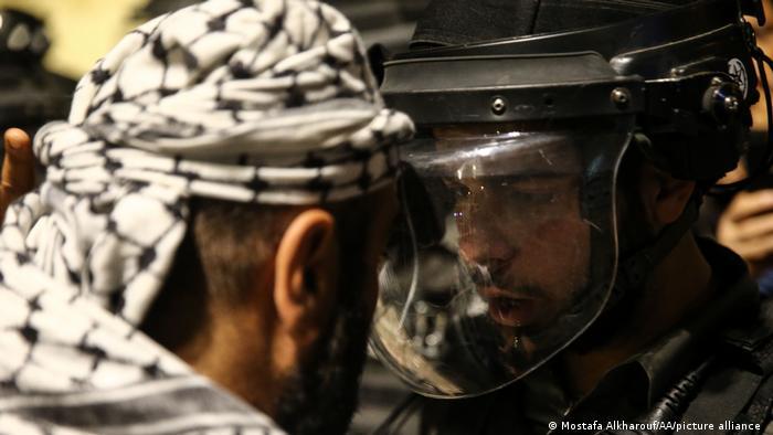 Палестински демонстрант и израелски полицай в Източен Ерусалим