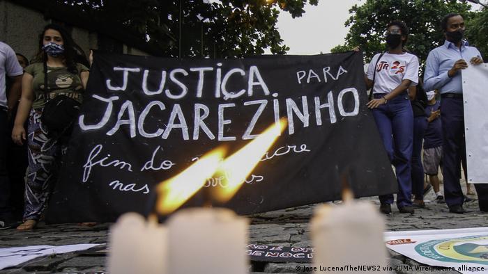 Ativistas dos direitos humanos protestam por justiça após massacre do Jacarezinho