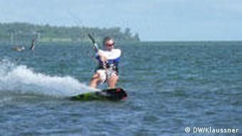 Mann mit Angel auf einem Kite-Board (Foto: DW/Mirjam Klaussner)