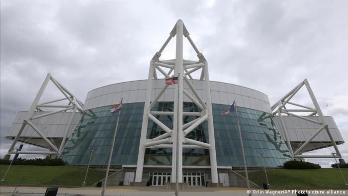 استادیوم کمپر در سال ۱۹۷۴ و با هزینه ساخت ۲۳ میلیون دلار افتتاح شد. این استادیوم تا سال ۲۰۱۶ گنجایش ۱۹ هزار و ۵۰۰ تماشاچی را داشت.