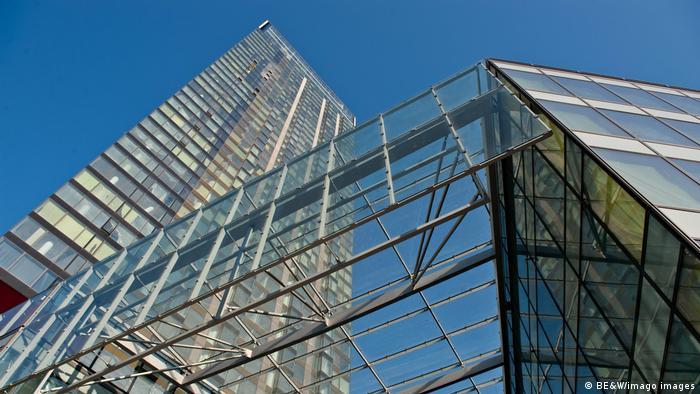برج مسکونی ۴۴ طبقهای با ۲۵۲ آپارتمان بین ۵۲ متر تا ۳۵۰ مترمربع است که در سال ۲۰۰۶ در ورشو پایتخت لهستان ساخته شد.