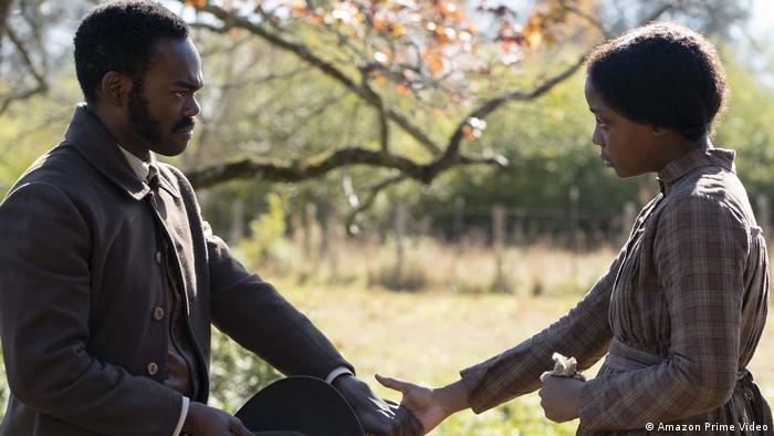 Standbild The Underground Railroad, ein Mann und eine Frau geben sich die Hand