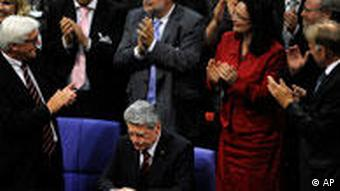 Gauck surrounded by politicians at the Federal Convention in 2010