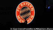 Fussball 1. Bundesliga : Saison 2009/2010 27.11.2009 JHV , Jahreshauptversammlung beim FC Bayern Muenchen Im Bildschirm Uli Hoeness , Karl Heinz Rummenigge vor dem Logo (FCB) FOTO: Pressefoto ULMER/Claus Cremer || Nur für redaktionelle Verwendung