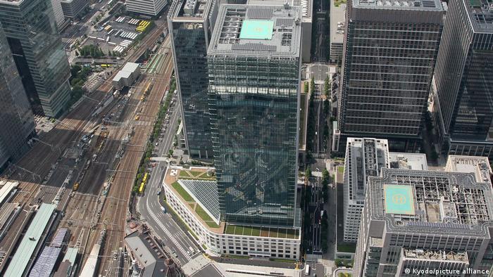 برج اداره پست ژاپن در توکیو که معمار آن هلموت یان بود در سال ۲۰۱۲ افتتاح شد. این برج بیش از ۲۰۰ متر ارتفاع دارد.