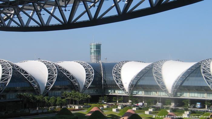 ترمینال فرودگاه بانکوک، پایتخت تایلند از دیگر سازهای هلموت یان است. این ترمینال با بیش از ۵۵۳ هزار متر مربع یکی از بزرگترین ترمینالهای جهان است که ظرفیت سالی ۱۲۰ میلیون مسافر را دارد. این ترمینال میتواند به طور همزمان ۷۶ هواپیما را ترخیص کند. هزینه ساخت آن بیش از ۲ میلیارد و ۴۰۰ میلیون یورو بوده است.