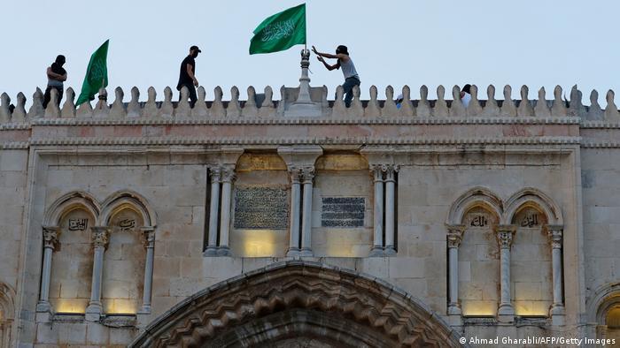 Палестинець встановлює прапор ХАМАСу на мечеті Аль-Акса в Єрусалимі, травень 2021 року