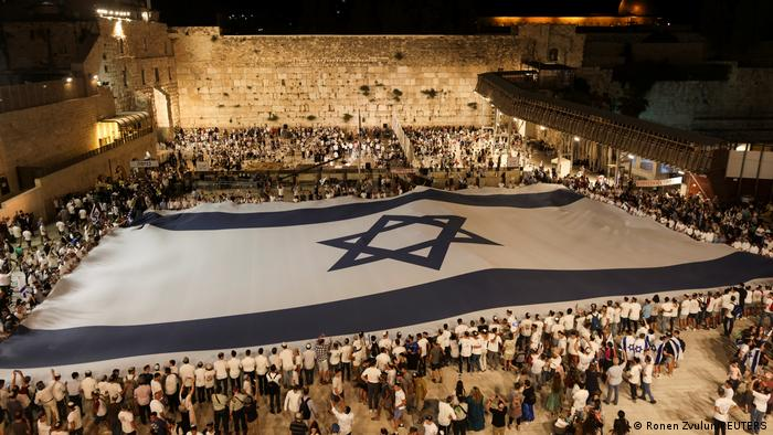 Perayaan Hari Yerusalem di Tembok Ratapan, situs suci umat Yahudi di Yerusalem, Israel, 9 Mei 2021.