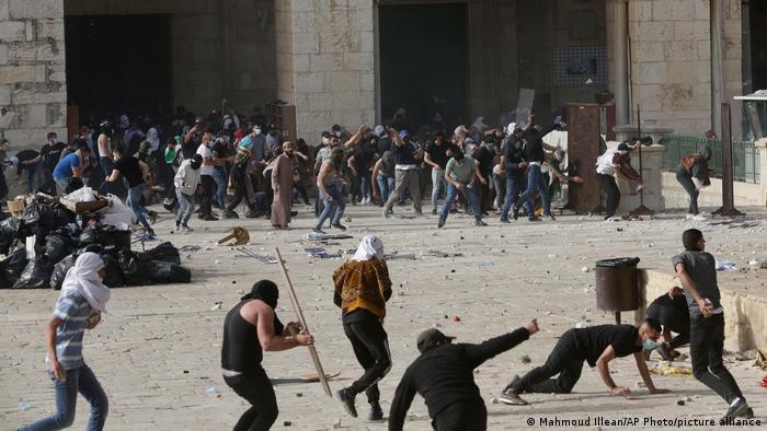 معترضان فلسطینی در اطراف مسجدالاقصی، دهم ماه مه ۲۰۲۱