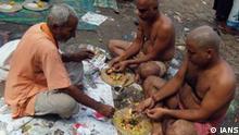 Indien Mumbai Sarva Pitri Amavasya Wasser