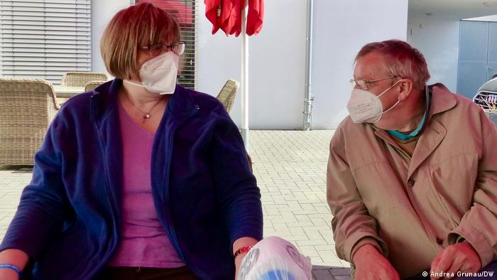 Michaela Iltis and Rolf-Dieter Bärz sitting in the atrium wearing COVID masks