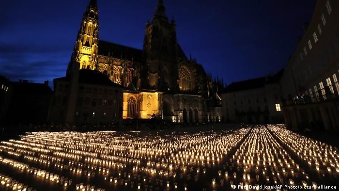 Hiljade sveća upaljeno je u Pragu u znak sećanja na žrtve kovida 19. Češka postepeno popušta mere protiv korone koja je u toj zemlji odnela do sada više od 30.000 života.