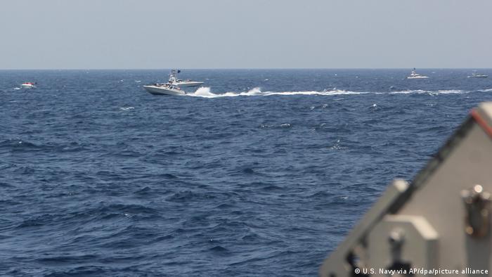 تصویری از یکی از قایقهای تندروی سپاه پاسداران در تنگه هرمز در تاریخ ۱۰ مه ۲۰۲۱